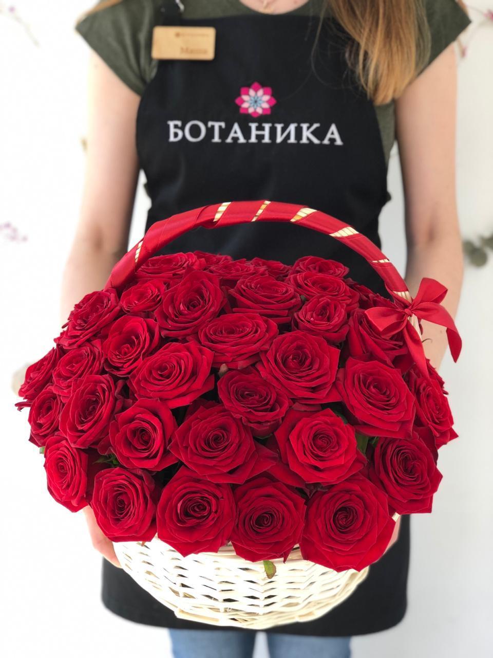 Корзина с розами, красные розы в цветочной корзине, алые розы в корзине
