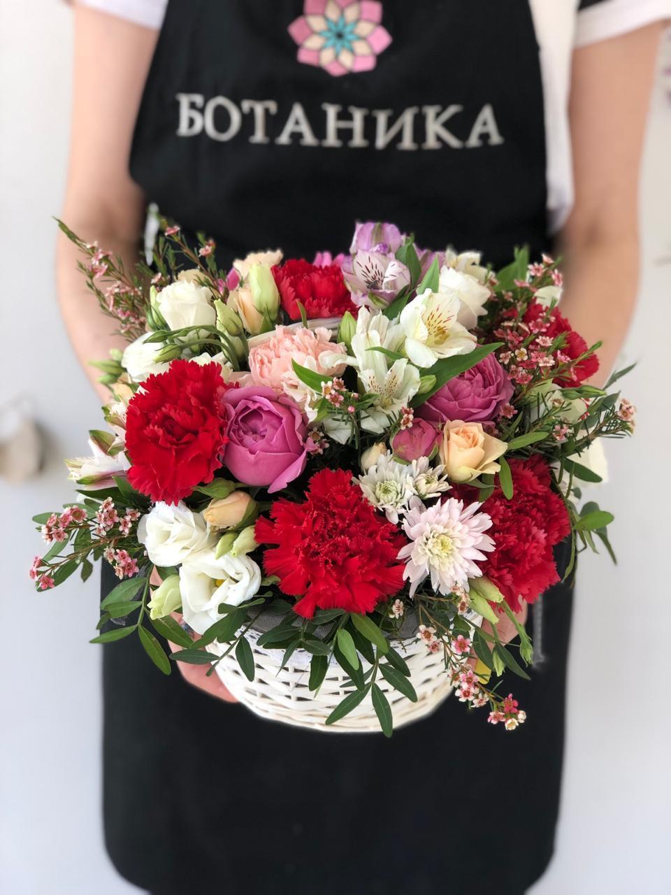 авторские букеты, цветочные композиции, доставка цветов в корзинке
