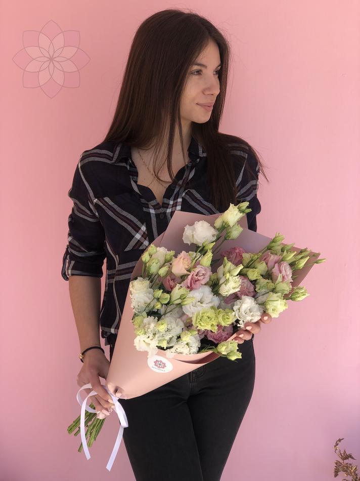 Букет из эустом, кулек внимания, цветы