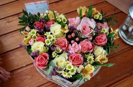 Цветы в корзинке или в коробке со сладостями – прекрасный подарок!