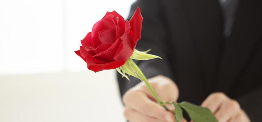 Стоит ли мужчине дарить одну розу?
