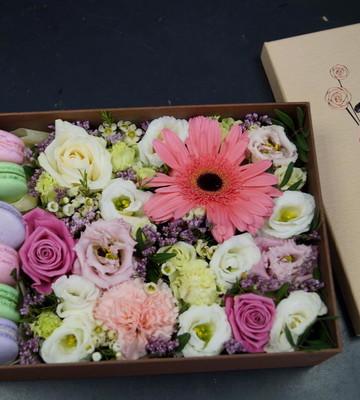 """Цветы и макарони в коробке """"Ласка"""""""