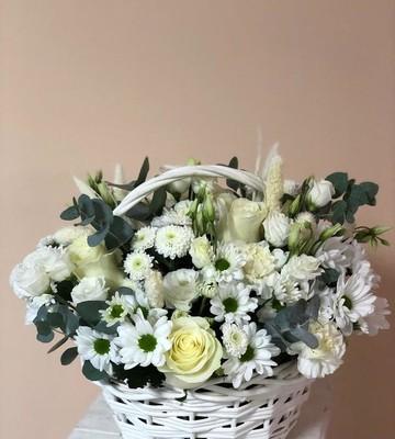 Белоснежная корзина с миксом цветов