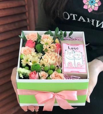 Коробка с цветами и чаем