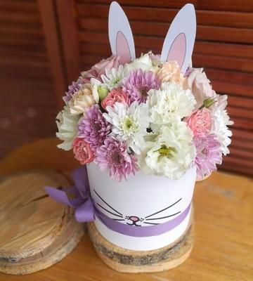 Шляпка кролик с диантусами и хризантемами