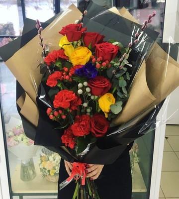 Гигантский букет с розами и диантусами