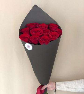 Строгий букет из 11 роз в кульке