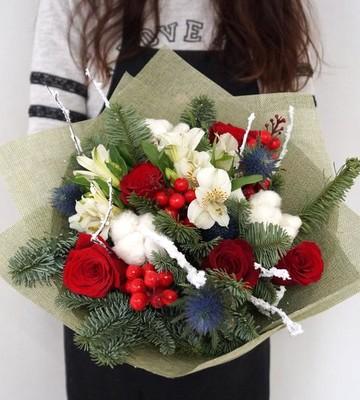 Букет зимний с елью и розами