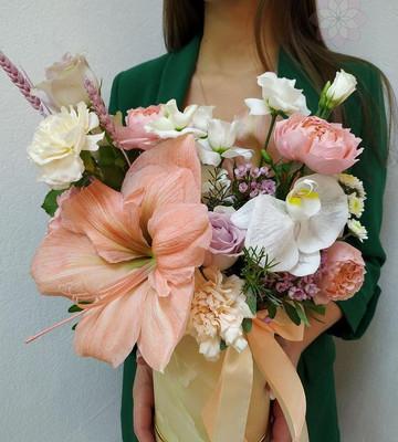 Шляпная коробка с огромными цветами