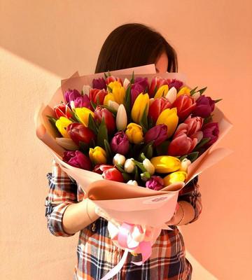 Разноцветный букет из тюльпан