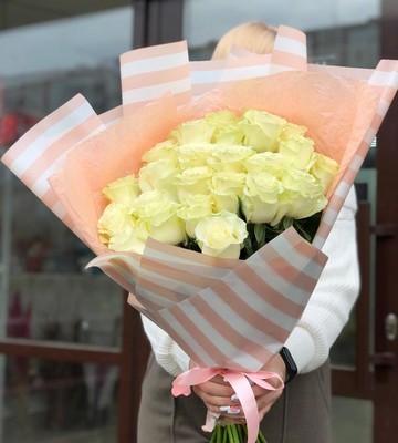 Букет белых роз в корейской упаковке
