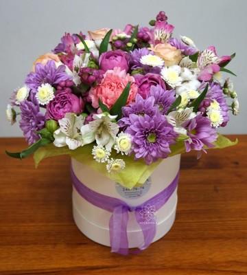 Букет в шляпной коробке с пионовидными розами и хризантемами
