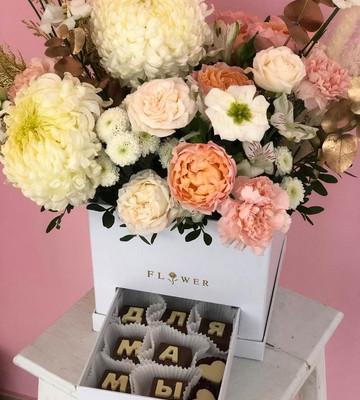 Цветочная коробка с шоколадом для мамы