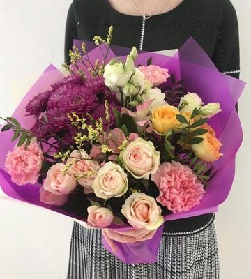 Букет с кустовыми розами и хризантемой