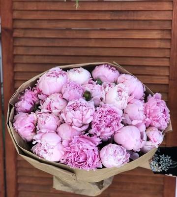 Букет из 21 розового пиона в крафте