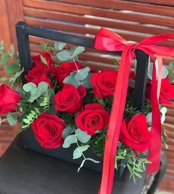 Цветочный ящик с красными розами