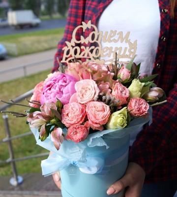 Шляпная коробка с пионовидными розами и пионами