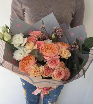 Букет с кустовыми розами и эустомами