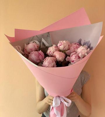 Букет из розовых пионов в оригинальной упаковке