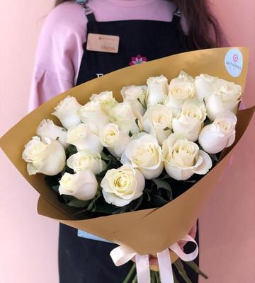 Букет из 23 белых роз в золотой упаковке