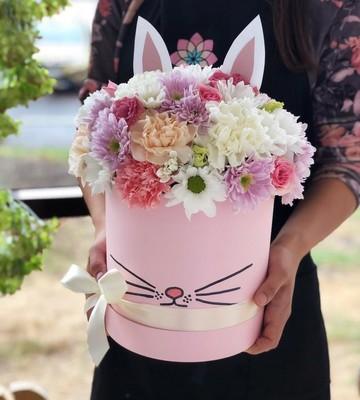 Шляпная коробка Зайка с диантусом и хризантемой