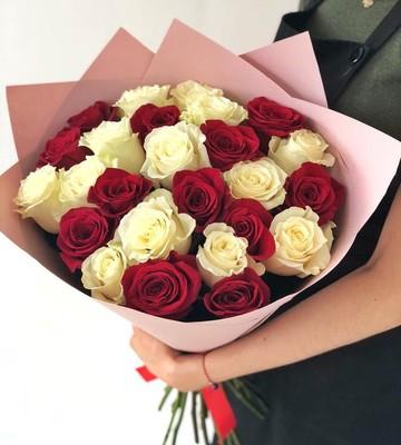 Букет из 25 красно-белых роз