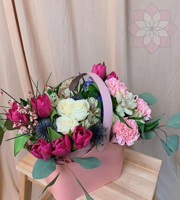 Цветы в коробке на 8 марта