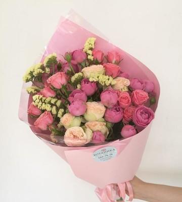 Букет Семицветик с пионовидными кустовыми розами и статицей