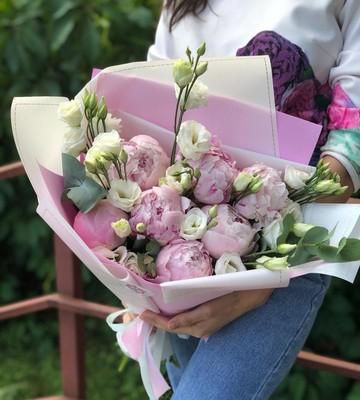 Букет Пионы с ирландской розой в дизайнерской упаковке