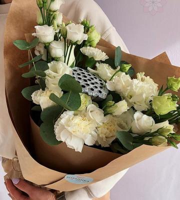 Букет с белыми цветами и лотусом