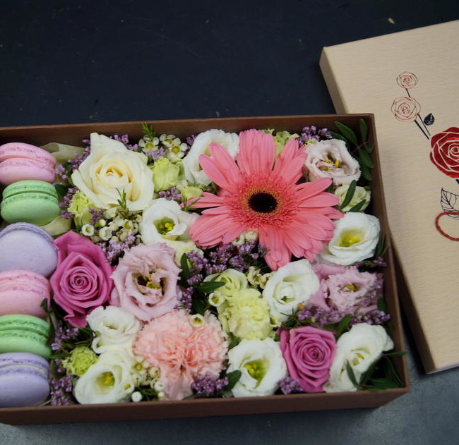 "Цветы и макарони в коробке ""Ласка"" - вид 1"