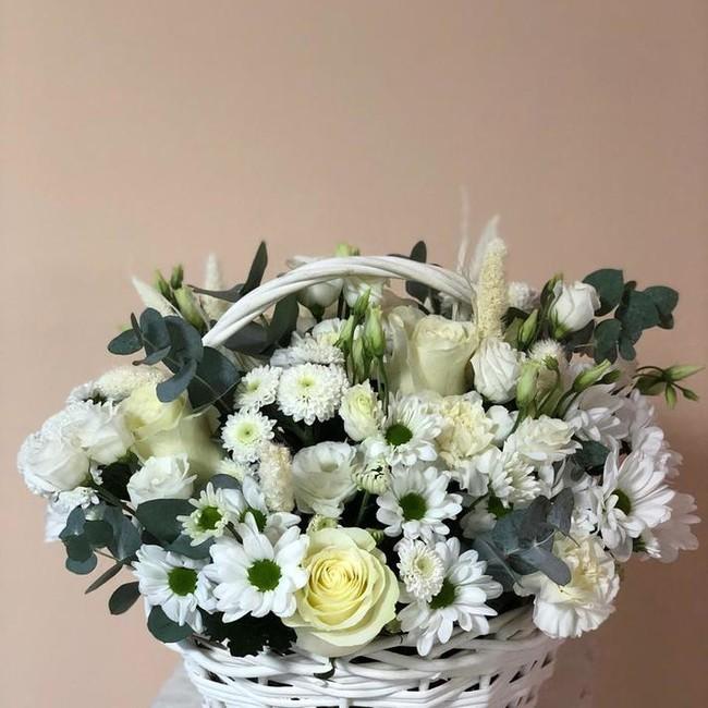 Белоснежная корзина с миксом цветов - вид 1