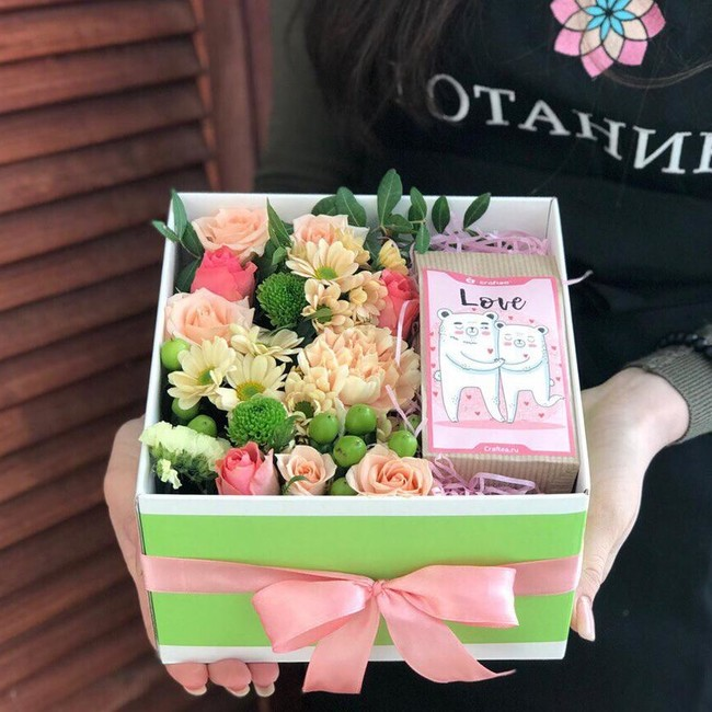 Коробка с цветами и чаем - вид 1