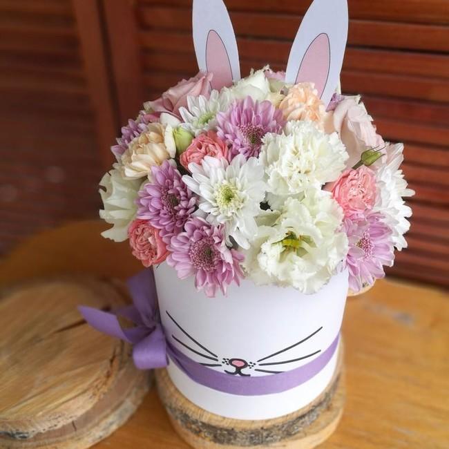 Шляпка кролик с диантусами и хризантемами - вид 1