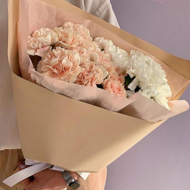 Букет с гвоздиками нежных цветов - вид 1