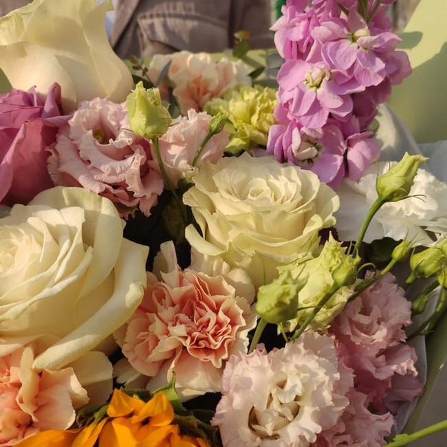 Букет из подсолнухов с розами