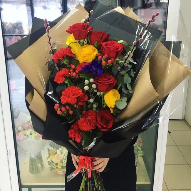 Гигантский букет с розами и диантусами - вид 1