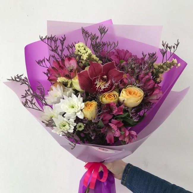 Букет с орхидеей и лимониумом
