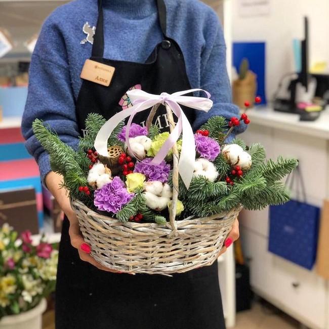 Зимняя корзина с цветами - вид 1