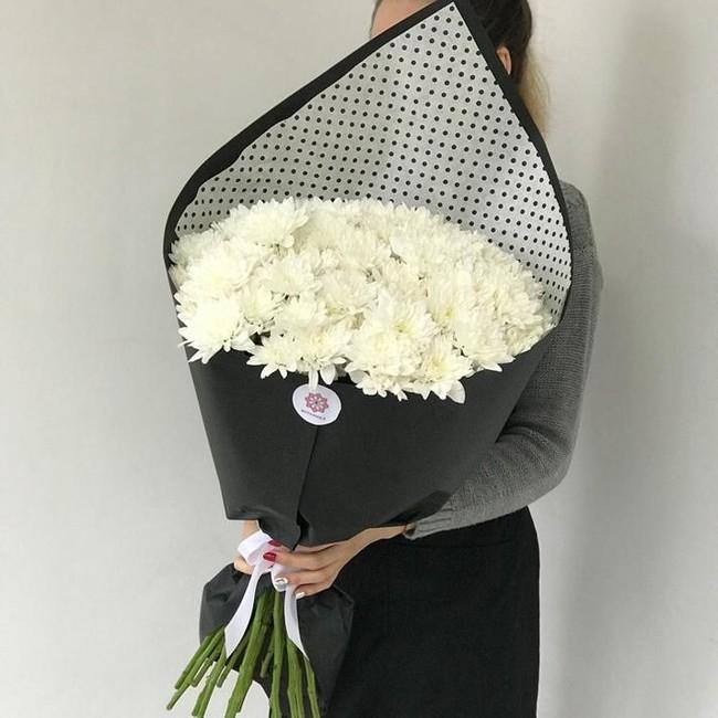 Букет из 15 Хризантем в дизайнерской упаковке - вид 1