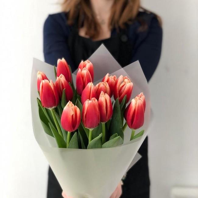 Букетик из 15 огненных тюльпанов - вид 1