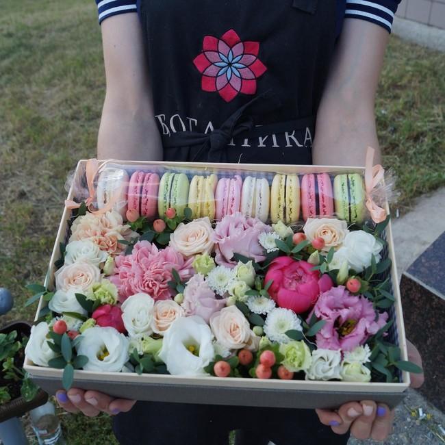 """Цветы и макаруны в коробке """"Афродита"""" - вид 1"""