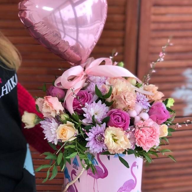 Букет в шляпной коробке с Розами и эвкалиптом - вид 1