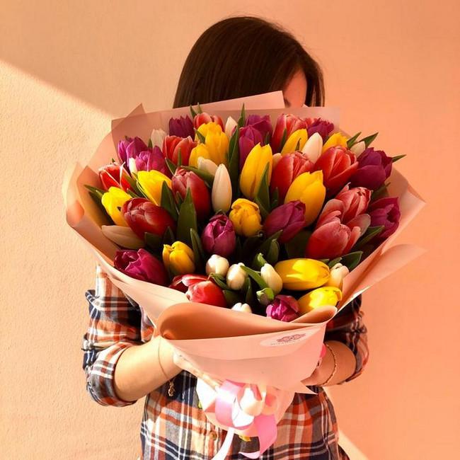 Разноцветный букет из тюльпан - вид 1