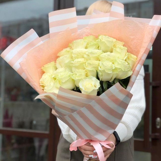 Букет белых роз в корейской упаковке - вид 1