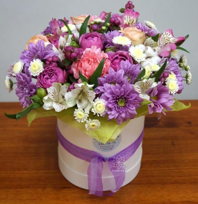Букет в шляпной коробке с пионовидными розами и хризантемами - вид 1