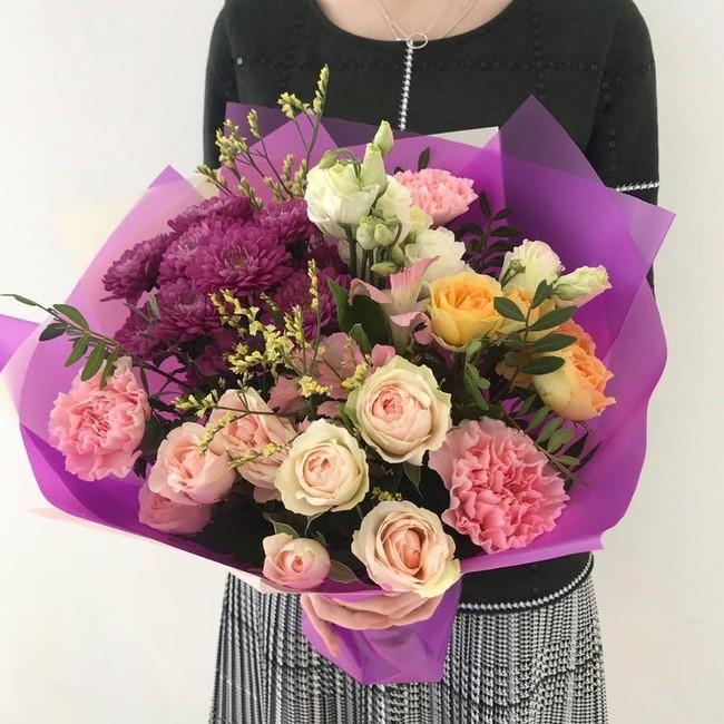 Букет с кустовыми розами и хризантемой - вид 1
