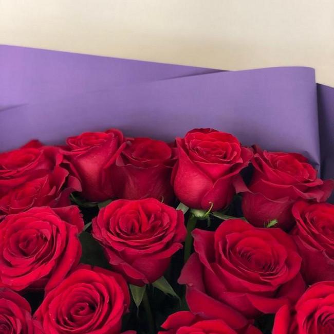 Букет из 17 роз красных в фиолетовой упаковке