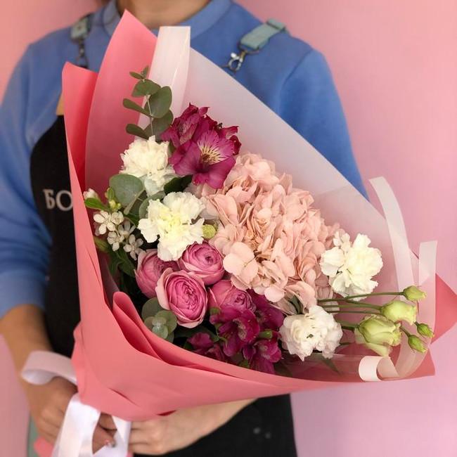 Букет с кустовыми розами и гортензией - вид 1