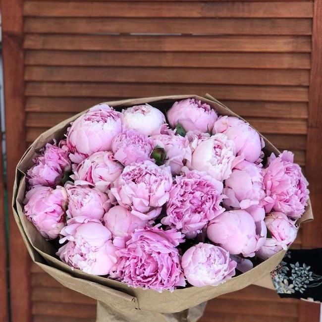 Букет из 21 розового пиона в крафте - вид 1